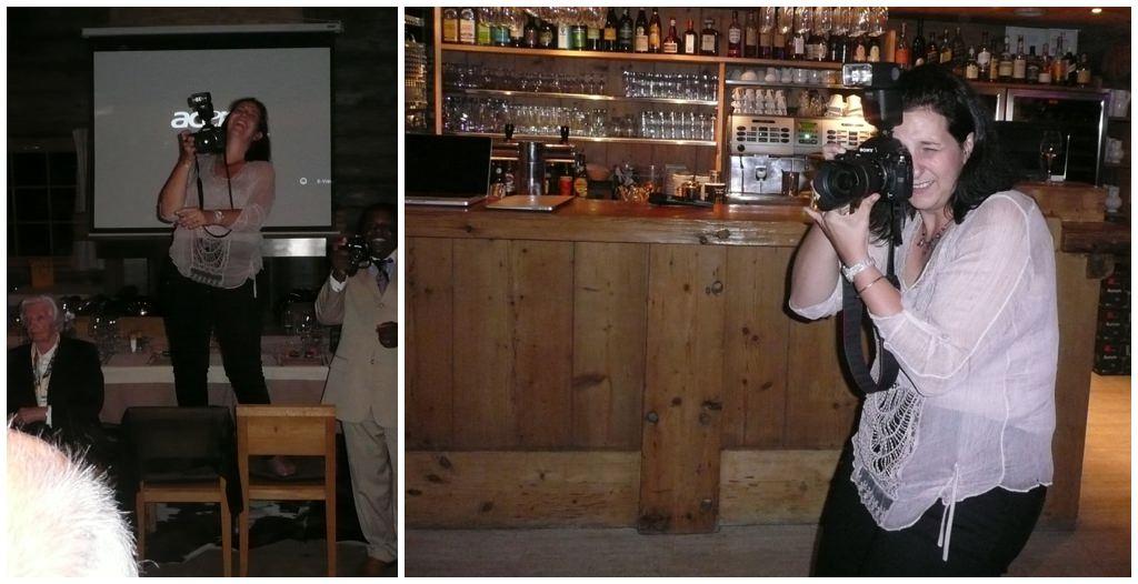 photographe de mariage en train de prendre des photos de groupe