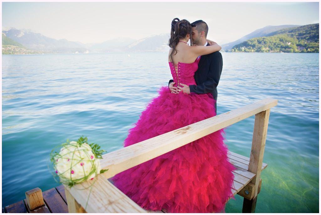 photo de couple bord de lac annecy mariés robe rose gilet rose
