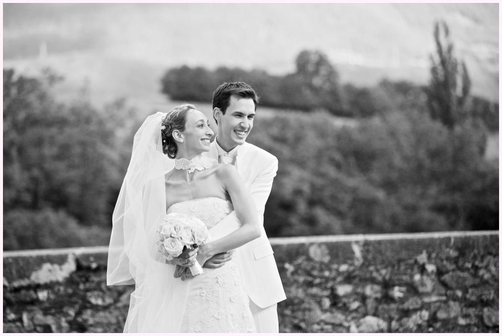 photo de couple mariage en blanc château de montalieu saint vincent de mercuze