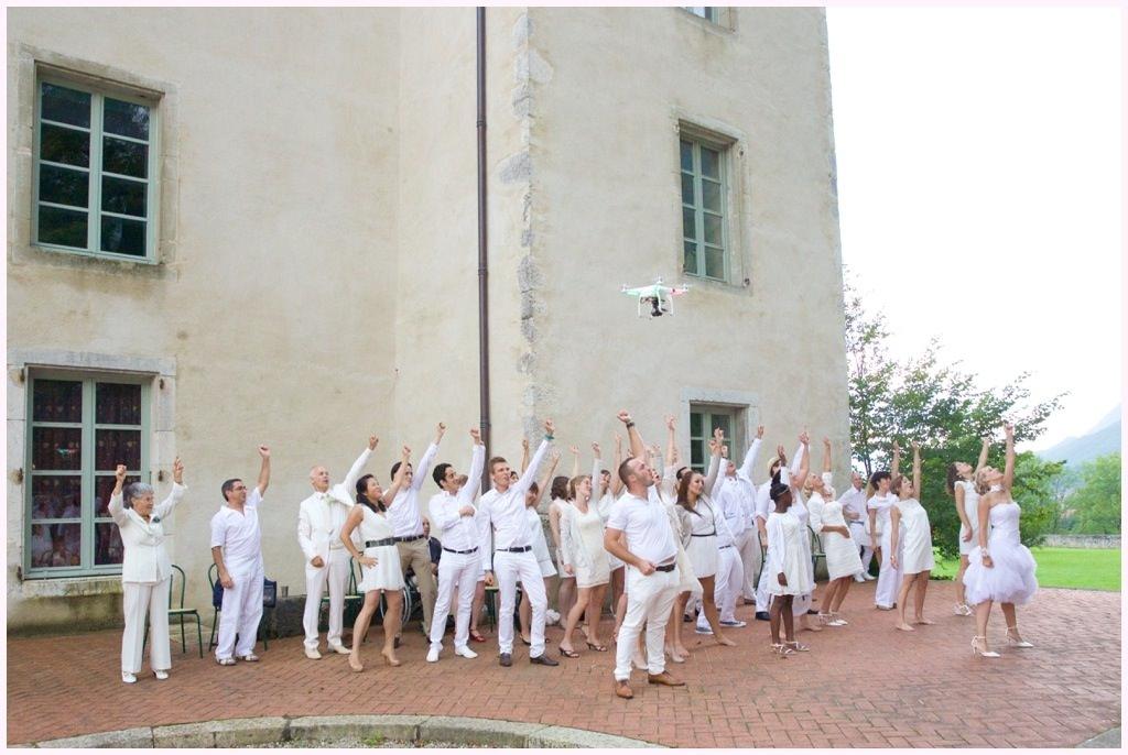 photo de flashmob mariage en blanc château de montalieu saint vincent de mercuze