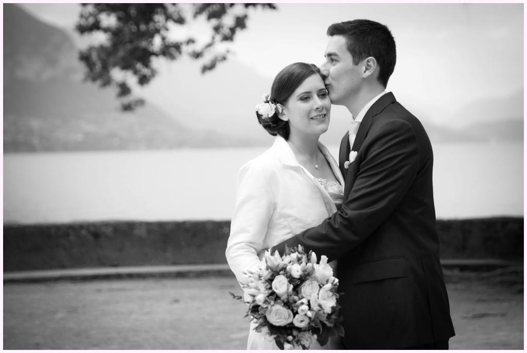 photo couple mariage lac annecy noir et blanc