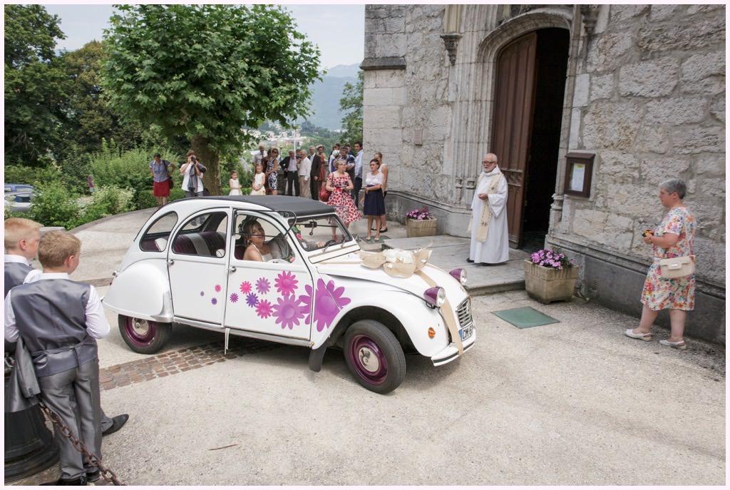 mariage chambery église barberaz voiture mariés deux chevaux à fleurs roses