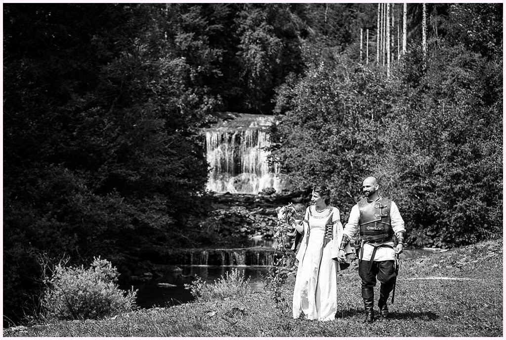 photos de couple devant une cascade photos de couple mariage en costume photographe mariage medieval nozeroy photographe aurelie allanic
