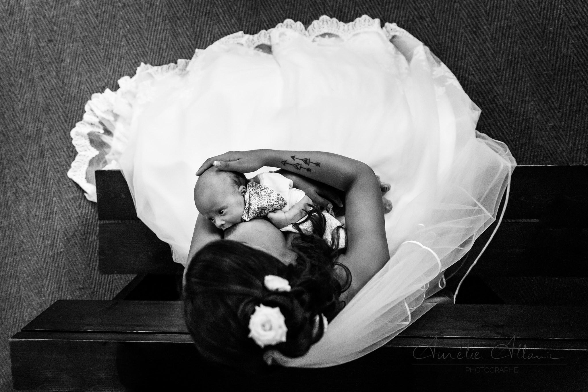 mariée allaitant bébé